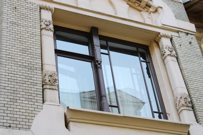 Оформление колонки окна над парадным входом.