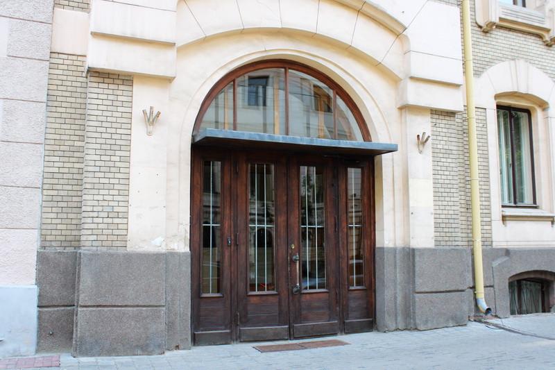 Особняк Саарбекова. Современная композиция парадного входа в здание.