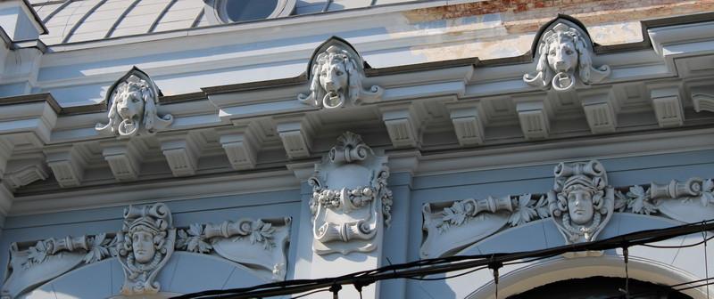 Под верхним карнизом выполнены «автографы» Кекушева – львиные маски.