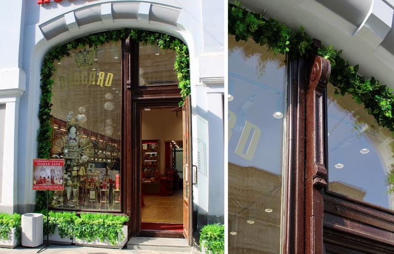 Никольские  торговые ряды. Отдельный арочный вход с улицы в магазин. Переплет окна снаружи украшен небольшой ордерной колонкой.
