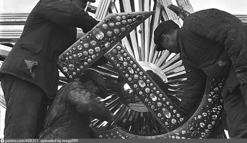 Установка звезды на Химкинском речном вокзале. Фото 1937.