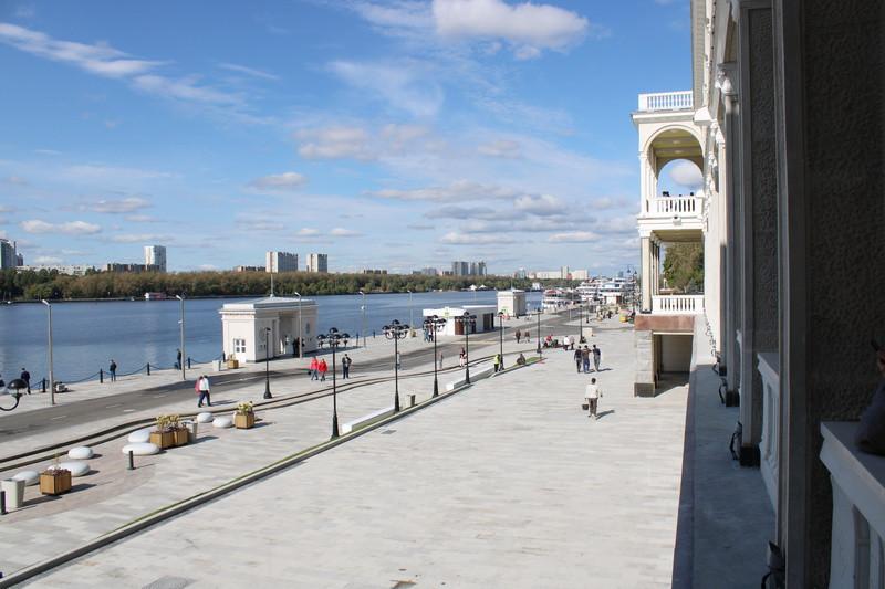 Вид из здания вокзала на порт.