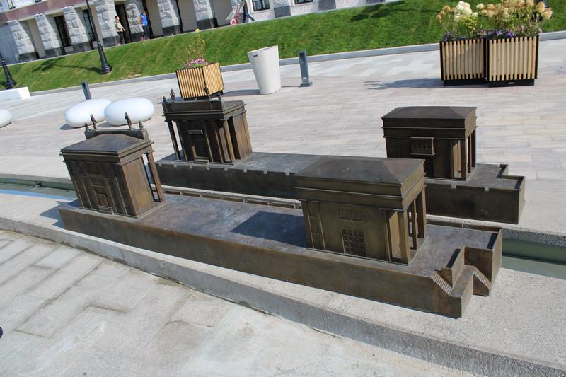 Макет шлюза №6 канала Москва-Волга у здания вокзала.