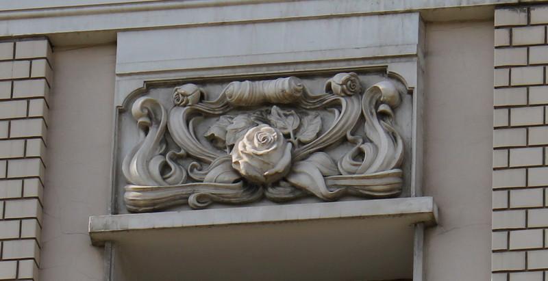 Объемная композиция с розами на фасаде между третьим и четвертым этажами.