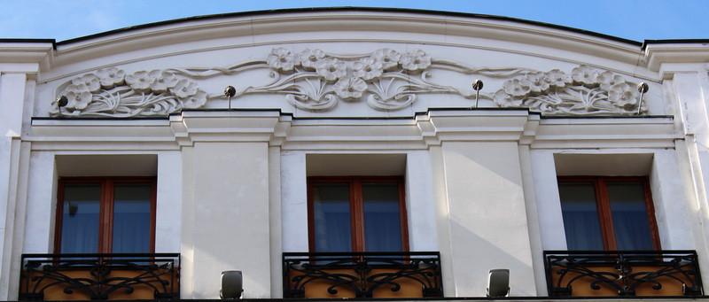 Цветочный орнамент на карнизе здания.