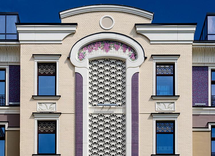 Внутренний фасад комплекса «Театральный дом» с цветным декоративным панно - сирень.