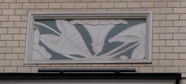 В традиционном модерне листья и стебли не просто лежат на отведенной им плоскости, они нередко прижаты к стене, наложенной на них архитектурной рамой.