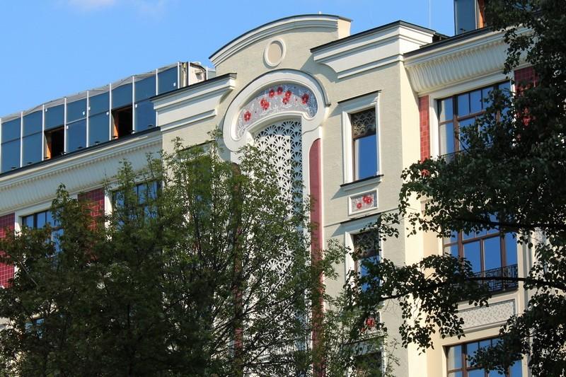 Центральный фасад с  цветным декоративным панно - маками.