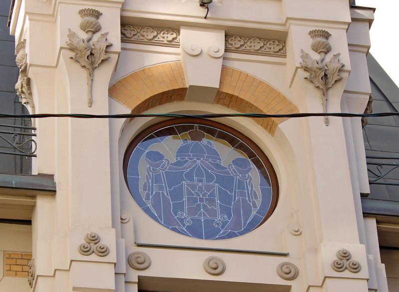 Витраж на центральном эркере -  тоже герб Российской империи.