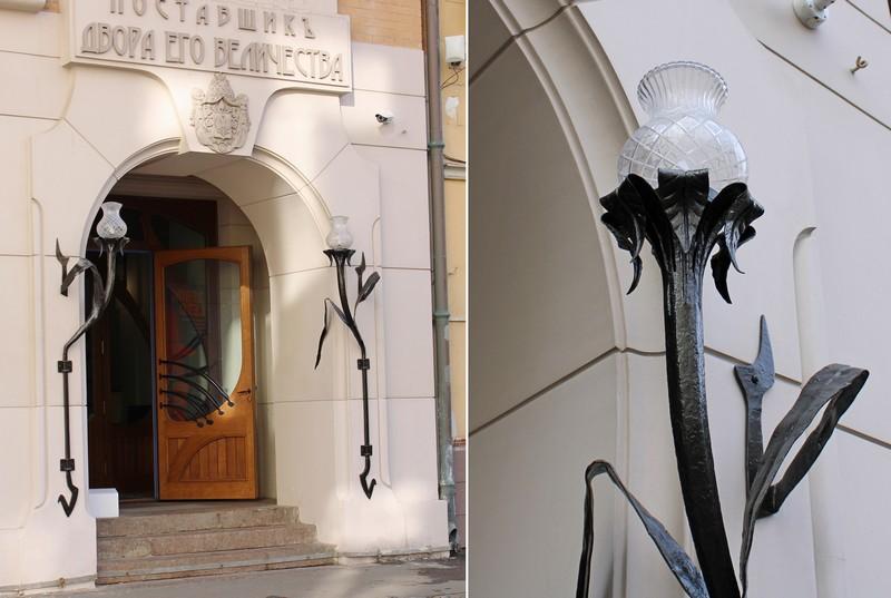 Парадный вход с коваными светильниками.