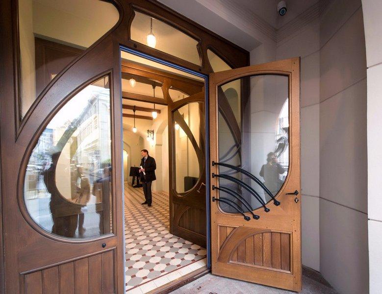 Композиция входной двери в трехчастной ассиметричной криволинейной раме.