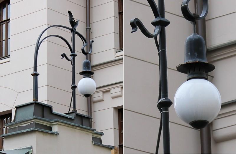 Кованый металлический фонарь на въездных воротах. Не кажется ли вам, что светильник похож на глазное яблоко?