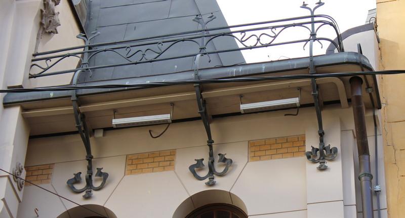 Украшением фасада служат поддерживающие свесы крыши металлические кронштейны.