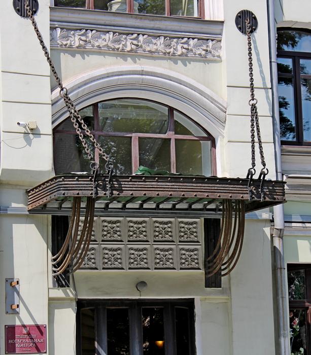 Металлический козырек над парадным входом в стилистике венского сецессиона.