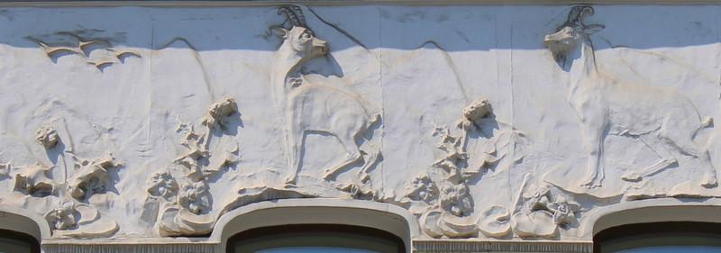 Зооморфный фриз. Изображены антилопы и стаи летящих птиц.