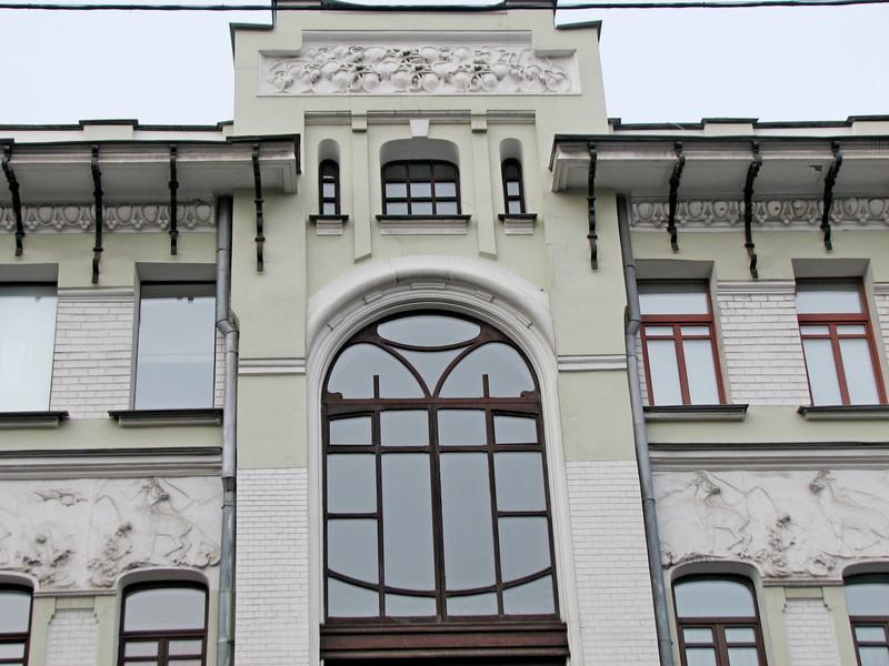 Переплет окна над главным входом в стиле французского модерна.