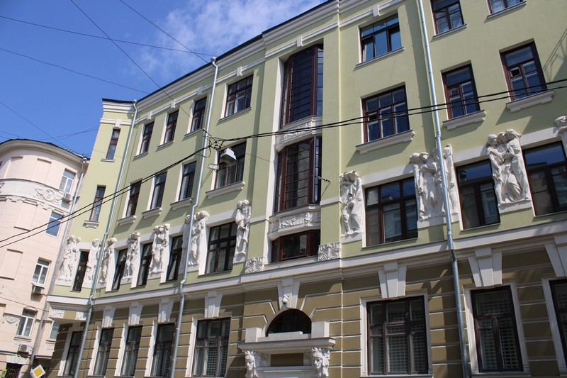Фасад со стороны Плотникова переулка.