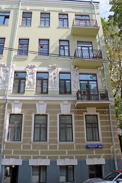 Балконы в доме только в правой стороны фасада.