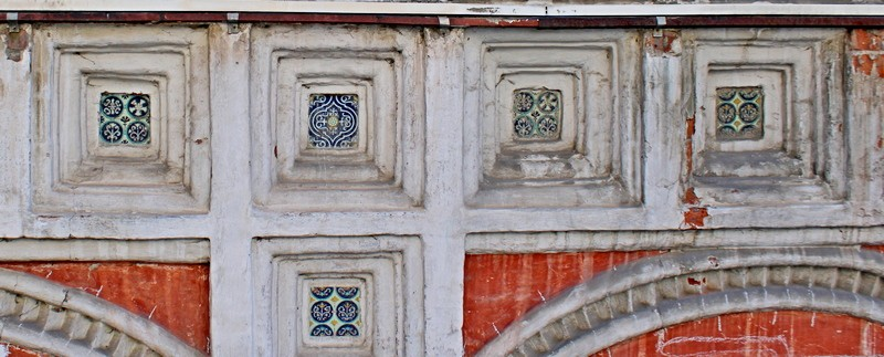 Галерея была украшена изразцами, часть которых сохранилась до сих пор. Фото 2021.