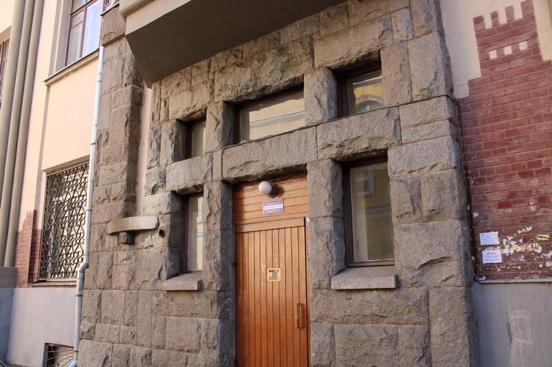 Доходный дом Мелетиных. Облицованный натуральным камнем вход. Фото 2021.