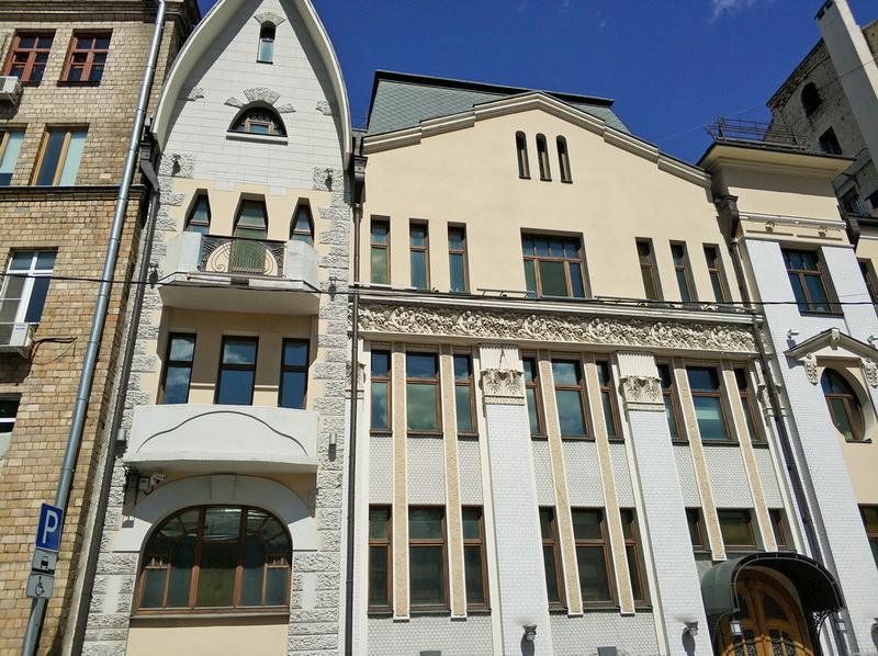 Доходный дом наследников Циркунова. Фото 2018. Средняя часть фасада в стиле классицизма.