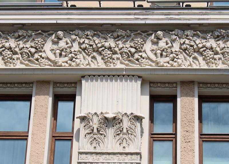 Лепной фриз средней части фасада.