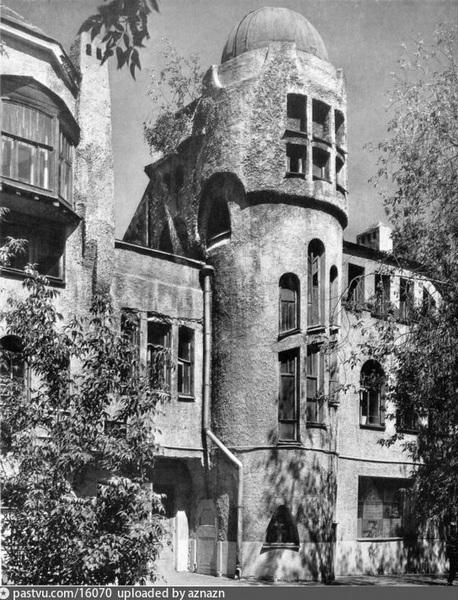 Фактура и форма стен сильно напоминала отделку домов великого Гауди. Фото 1914.
