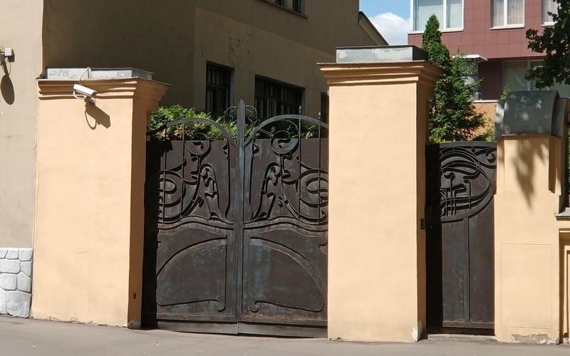 Дом общества «Детский труд и отдых». Фото 2018. Какие замечательные металлические ворота с рисунком в стиле модерн.