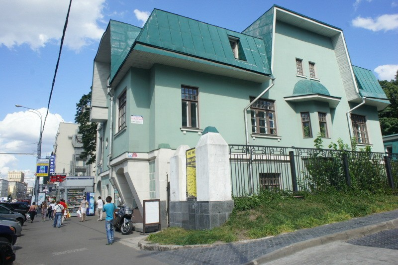 Боковой фасад особняка И. Баева. Фото до 2000 года. Сейчас сделать фото не представляется возможным – выросли деревья.