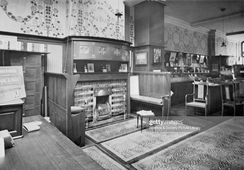Интерьер магазина Kodak в Лондоне. Оформление Дж. Уолтон. 1900. Фото: Science & Society Picture Library/SSPL/Getty Images.