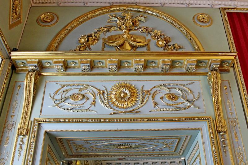 Золоченая резьба десюдепорта (декоративная композиция, расположенная над дверью) в Малиновой гостиной.