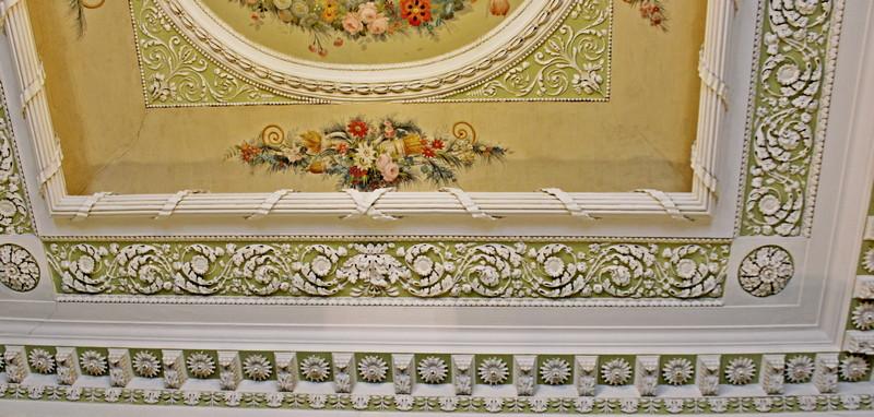 Фрагмент потолочной росписи и карниз Изумрудной гостиной.