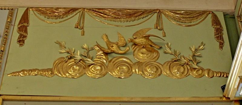 Птички — горлицы символизируют женское начало, а лавровая ветвь, что в жизни у этой горлицы все хорошо.