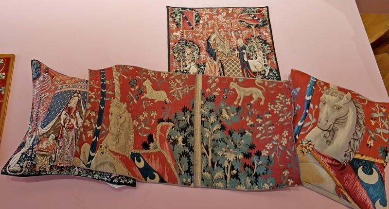 Изделия дома Jules Pansu на тему гобеленов «Дама с единорогом».