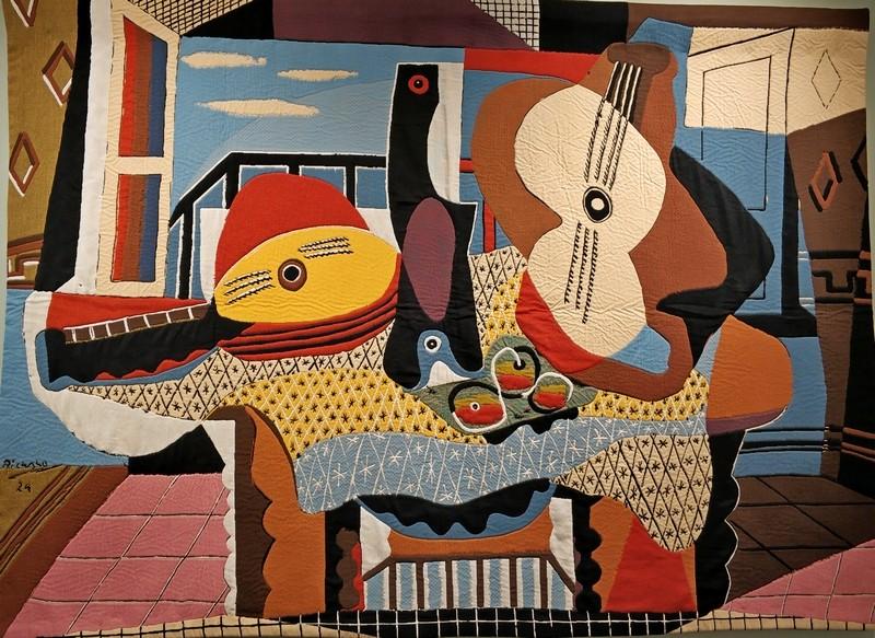 Мандолина и гитара. Выполнен по картине 1924 года Пабло Пикассо в синтетическом кубистическом стиле. 130х190 см.
