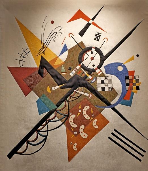 На белом II. Выполнен по картине 1923 года Василия Кандинского. Видна тема Святого Георгия с копьем.