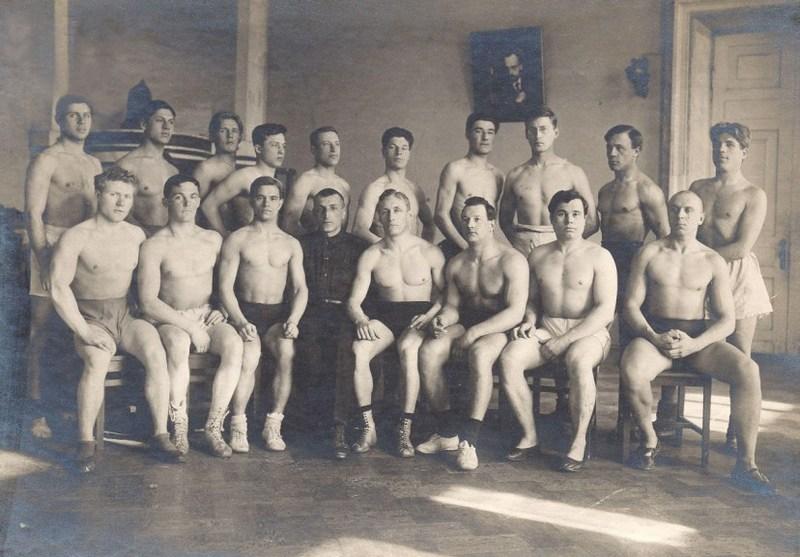 Первые спортсмены Института физкультуры еще в старых интерьерах бывшего дворца Разумовского. Оригинальная фотография 1923 года размещена на сайте РГУФК.