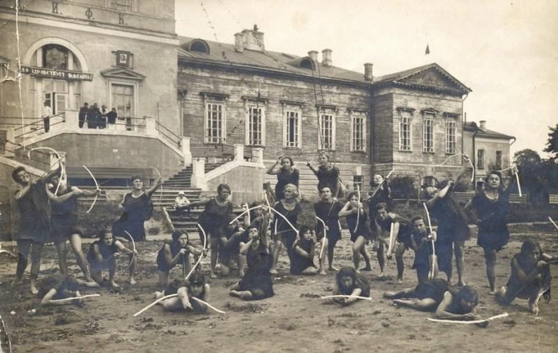 Физкультурники на фоне усадьбы Разумовского. Фото 1926-1930.