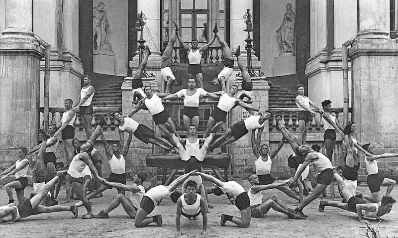 Физкультурники на фоне Усадьбы Разумовского. Фото 1938. Статуи Флоры и Геракла в нишах пока на месте.