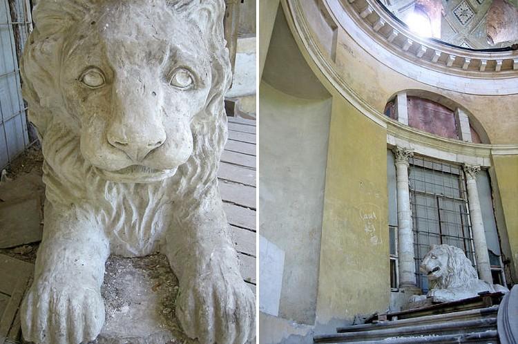 Брошенный лев у дворца Разумовского. Фото с сайта http://venividi.ru/node/2270.
