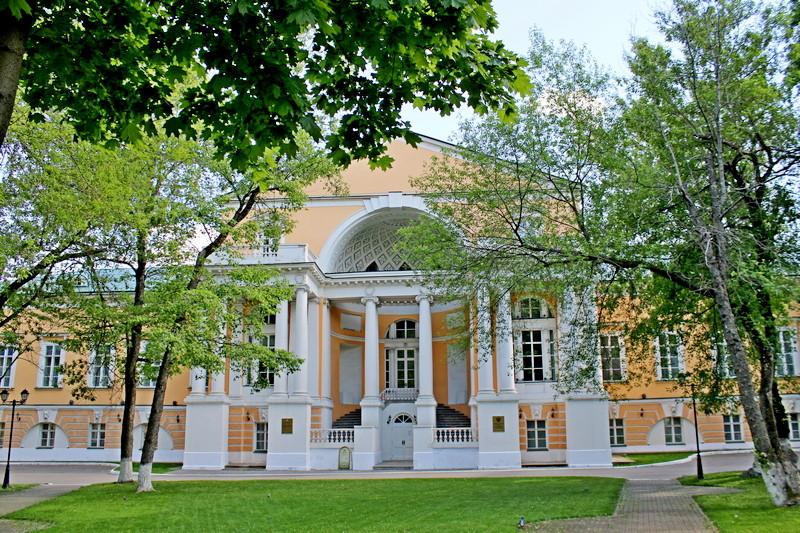 Главный дом усадьбы Разумовских. Центральная трехэтажная часть с нишей-лоджией. Фото 2021.