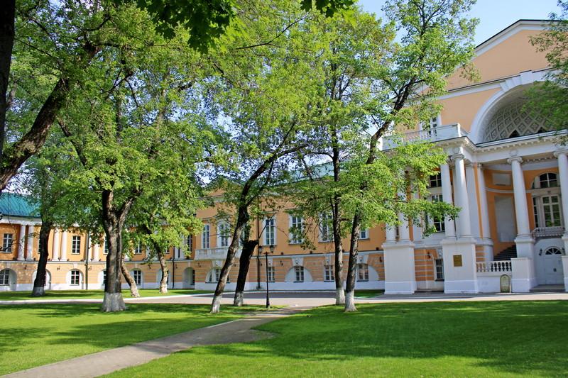 Главный дом усадьбы Разумовских. Левый полукруглый корпус дворца.