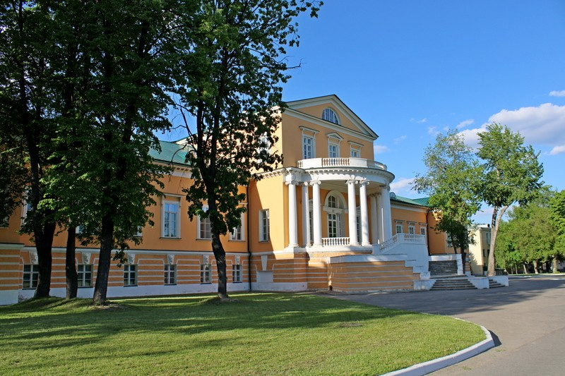 Главный дом усадьбы Разумовских. Парковый фасад. Фото 2021.