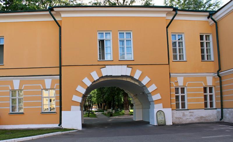Проездные арки в боковых корпусах главного дома.