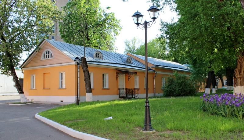 Бывшая конюшня усадьбы Разумовских.