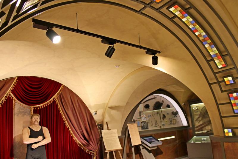 Сводчатые потолки цокольного этажа дворца. Музей спорта.