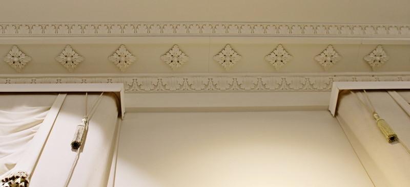 Лепной декор карнизов в центральном зале анфилады второго этажа.