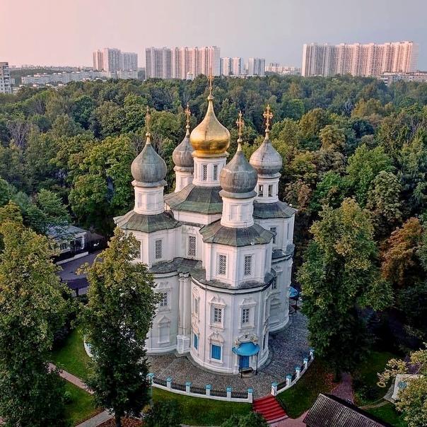 Вид храма сверху. Автор po_strane. Фото 2018.