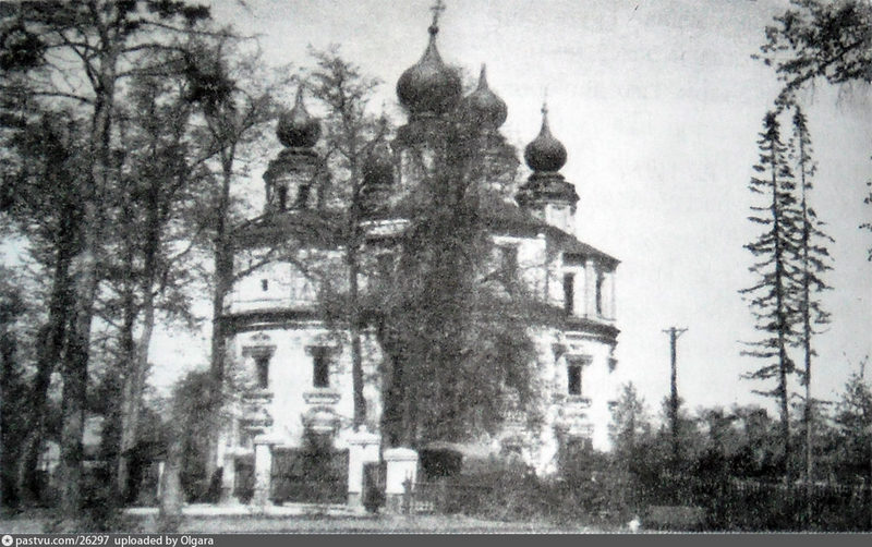 Храм еще с куполами. Фото 1959.