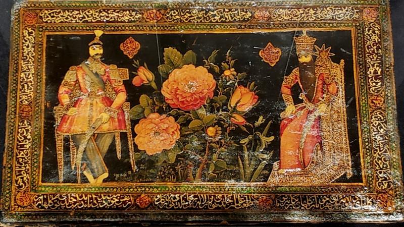 Крышка переплета рукописи с изображениями каджарских правителей: Насир ад-Дин-шаха и Фатх-Али-шаха. 1869-1870. Папье-маше, темпера, золото, лак.